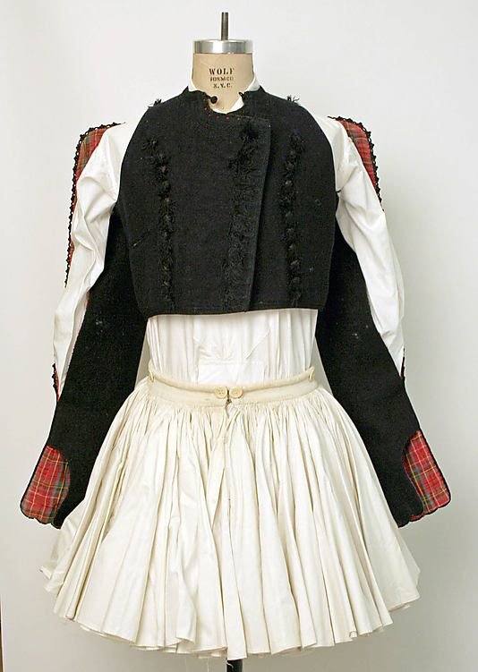 Once worn by fighters in the 1821 War of Independence,that traditional costume for men on mainland Greece features a kiltlike garment known as a foustanella that has 400 pleats,symbolizing the 400 years ruled by the Ottomans.That's paired with a wide-sleeved white shirt and topped off with an embroidered woolen vest.Long,white socks,a sash and pointed shoes called tsarouhia