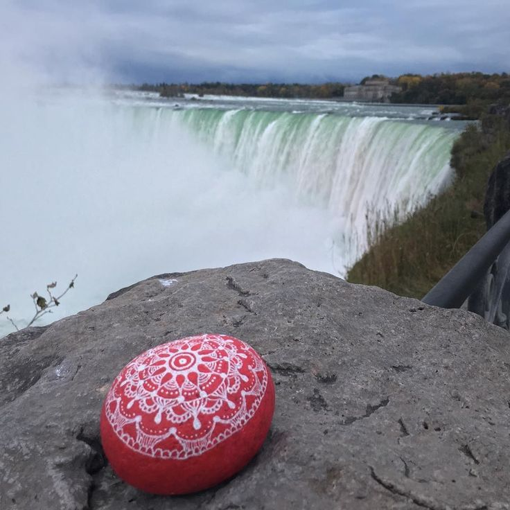 Today we decided to spread some love and kindness at a place in which traditionally people come to celebrate great forces of nature as love. #niagarafalls #kindnessrock