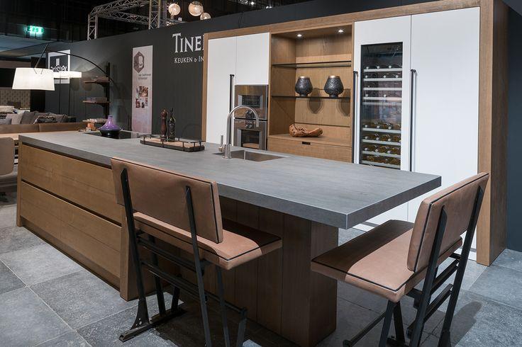 Deze nieuwe houten keuken laten we zien op Excellent Wonen Eindhoven, Indoor Brabant en concours hippique Mierlo. Licht behandeld hout en ruw keramiek.