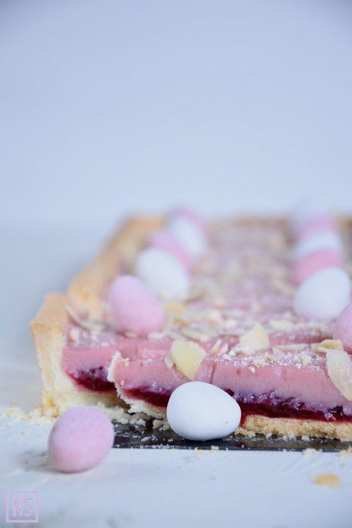 W tym roku na wielkanocnym stole, królują mazurki - różany i czekoladowy (przepis pojawi się pewnie po świętach), w asyście jest też sernik i wielkanocna klasyka, czyli babka. Mazurek różany wyszedł oczywiście w pięknym i delikatnym kolorze różu. Jest przyjemnie słodki, za sprawą dodatku wody różanej bardzo aromatyczny, a do tego wszystkiego nadziany niezwykle przepyszną konfiturą z płatków róży! Dzięki dekoracji z czekoladowych mini jajeczek jest też mega uroczy ;) Przepis na mazurka (po…