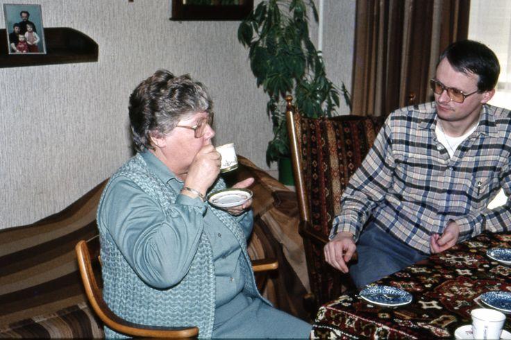 Hier sta ikzelf (Flip Nota) op de foto met mijn nicht Hillie Nota die toen woonde aan de Loengasterleane in Sneek.