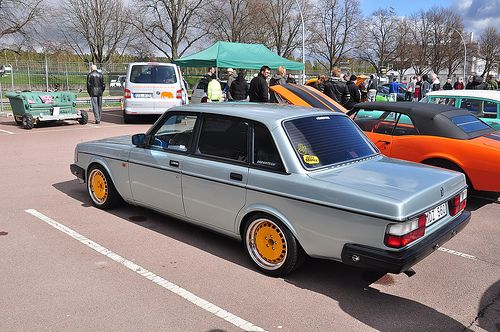 Volvo 240. Are these BMW button wheels ?   Love <3
