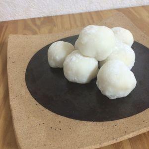 「ホワイトチョコの生チョコ大福♡」バレンタインやホワイトデーにいかがですか?生地に塩を入れるので、豆大福のように甘塩っぱくなります。【楽天レシピ】
