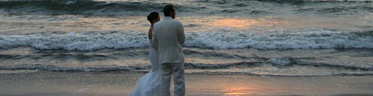 Nuevo Vallarta es uno de los destinos más románticos y encantadores en México en la Riviera Nayarit, un paraíso tropical con vista hacia el Océano Pacífico, atardeceres dorados por el sol, paisajes espectaculares embellecidos por la luna en la noche y el romper de las olas que creando melodías. El lugar perfecto para su boda, donde pueden hacer una caminata por la playa tomados de la mano viendo la noche que une su manto de estrellas y el infinito mar.