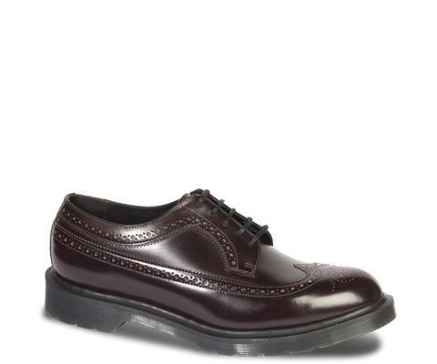 Modèle de notre collection Made in England, cette brogue3989 est fabriquée à la main dans notre usine d'origine du Northamptonshire d'après les mêmes normes strictes qu'à l'origine. Le cuir brésilien poli à la main donne un brillant raffiné et un style urbain à cette élégante chaussure pour homme, pour une polyvalence sans égale et une allure fraîche et épurée. Grâce au cousu uni, le cuir riche et le motif brogue attirent toute la lumière.