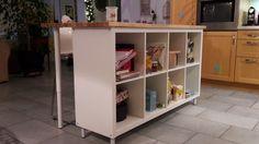 Matériel : – EtagèreKALLAX 8 cases (802.758.87) – 4 pieds de table CAPITA (302.730.32) – 2 pieds ajustables OLOV (202.666.78) – 2tabourets de bar GLENN, blanc, chromé (301.356.58) – Plateau GERTON (155 x 75 cm) (501.067.73) – Planche de 3mm d'épaisseur blanche Description : Cet ilot de cuisine pas cherest une variante de la réalisation que vous trouverez à l'adresse suivante;http://www.bidouillesikea.com/bidouilles/cuisine/ilot-de-cuisine-style-ikea-cher Nathalie a eu la bonne idée…