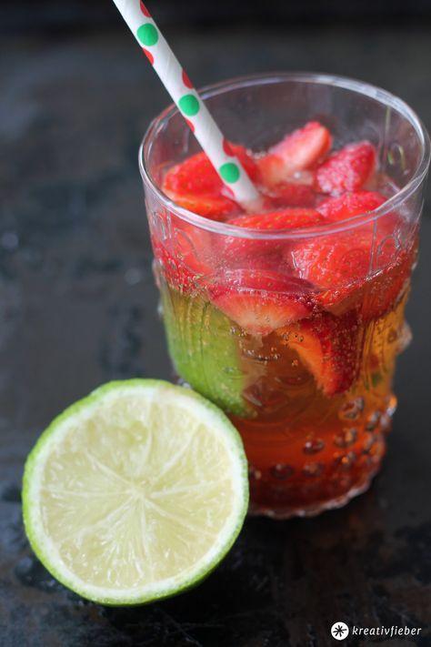 Heute gibts ein richtiges Sommer Cocktail Rezept: Erdbeer Mojito mit Limetten und Minze. Lecker und genau das richtige für laue Sommernächte!