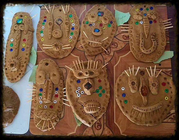 Les enfants ont modelé des masques africains à partir de modèles réels en bois accrochés dans la classe. Ils les ont décorés avec différents graphismes ( les différentes formes sont...