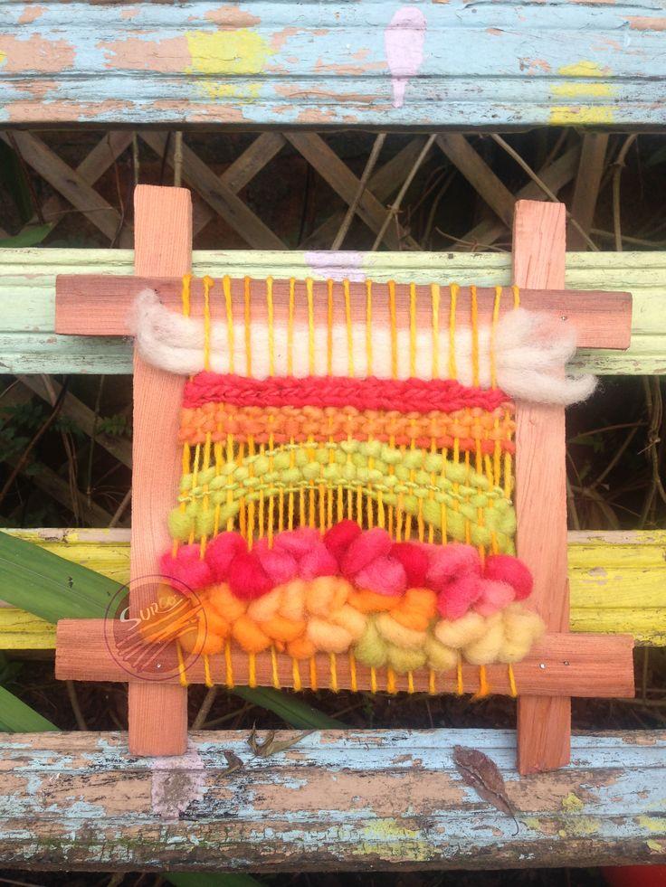 Telar decorativo en tonos cálidos