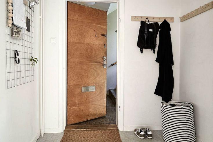 Отличное решение - доска или сетка в прихожей на которой можно оставлять заметки, записки, а также повесить очки, элементы декора.  (вход,прихожая,интерьер,дизайн интерьера,мебель,скандинавский,скандинавский интерьер,скандинавский стиль) .