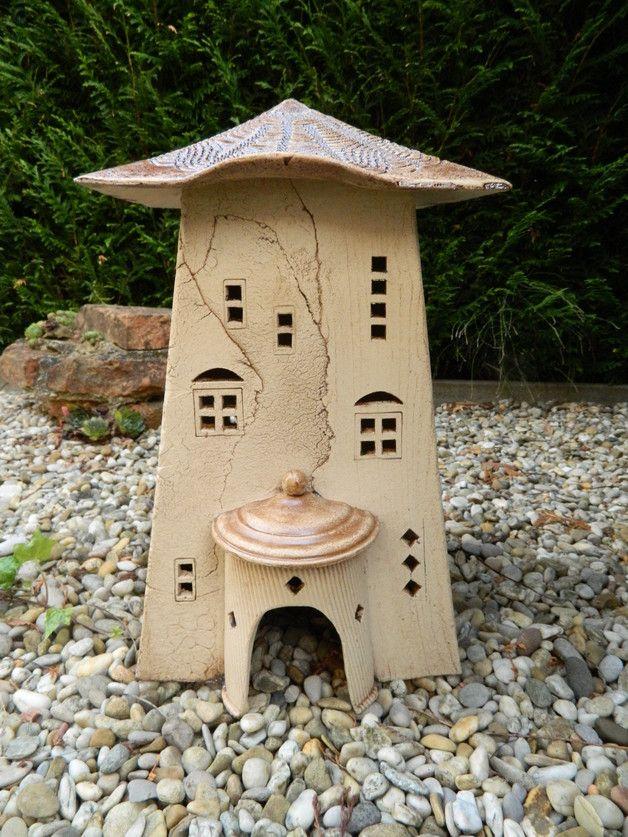 Das Haus ist zur Deko im Garten gedacht. Es kann an Sommerabenden mit Teelichtern oder elektrisch beleuchtet und im Winter als Vogel-/Futterhaus benutzt werden. Das Dach ist braun glasiert und...