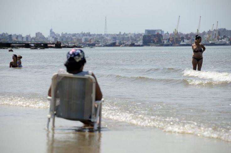 Muchos disfrutan del verano en la capital y son celosos de sus balnearios