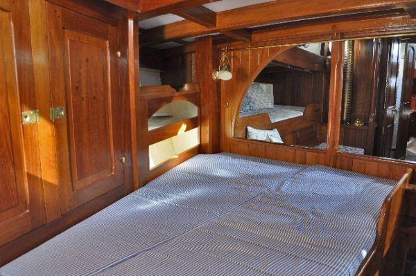 Shpountz 44-40: depuis le poste avant et sa couchette (double) tribord, vue sur le carré à travers la cloison porque