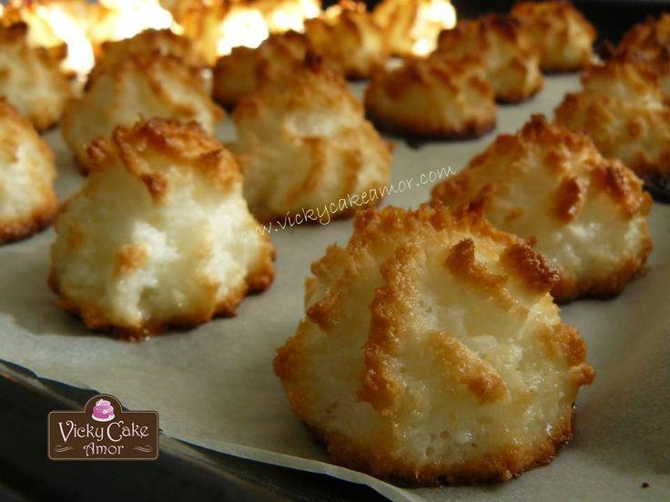 Coconut Bites, find the recipe @  http://www.vickycakeamor.com/2013/07/cocadaso-coquitos.html