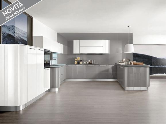Cucina angolare moderna stondata con basi laccato lucido grigio perla pensili e colonne - Cucine grigio perla ...