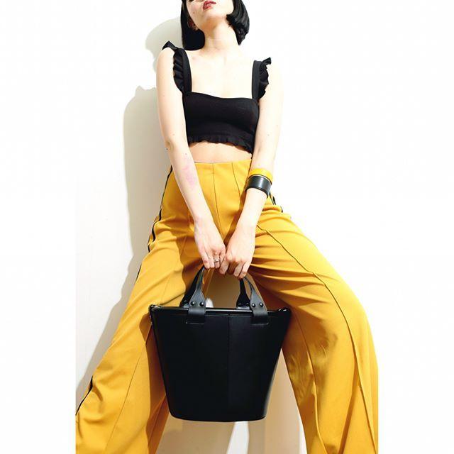 17ss New Item✨  ・    TSUTSU バケツトート _¥88,000+tax  KIKA バングルL _¥9,300+tax  KIKA バングルS _¥8,800+tax  ・    #Epoi #bag #baglover #coordinate #fashion #snap #leather #bangle #black #gold #mustard #yellow #pants #tokyo #ginza #エポイ #ショルダー #バッグ #レザー #スナップ #コーデ #コーディネート#黄 #ハンドル #パンツ #黒 #カジュアル #日本製 #Friday