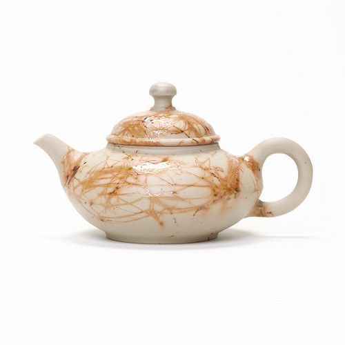 This teapot was created by the Japanese ceramist Yoshiki Murata. The workshop of this potter is located in the coastal town of Tokoname in Aichi...