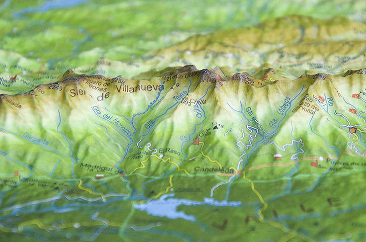 Detalle de mapa en relieve de la Sierra de Gredos. Ávila (España) / Detail from raised relief map of Gredos, Ávila (Spain).