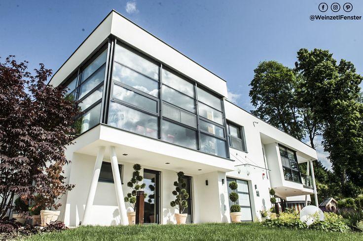 Dieses Einfamilienhaus erfüllt jeglichen Designanspruch. Klare Linien, viel Glas und vor allem Fenster die einen Kontrast zu der sonst hellen Fassade bieten.