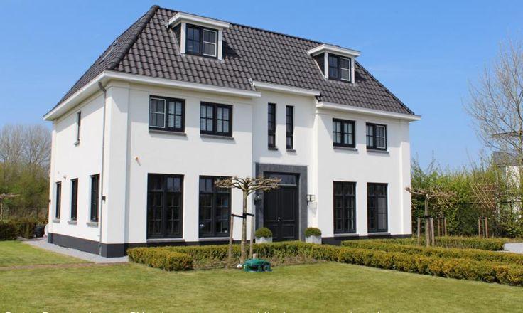 Statige klassieke witte villa met 2 bouwlagen en een kap_Almere_Overgooi_01Architecten, bouwbegeleiding door Cortus - 01 Architecten - Ontworpen door Dennis Kemper tijdens de periode dat hij bij EVE-architecten werkte.