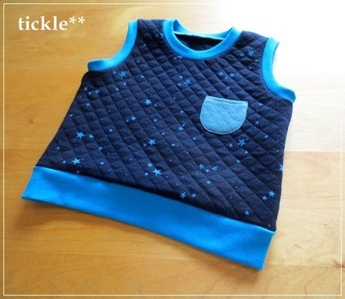ネイビー色に、星がちりばめられたキルトニットでお作りしましたベストです。襟元、そで口、裾には、ターコイズブルーのリブをあわせています。胸元に、グリーンのポケッ...|ハンドメイド、手作り、手仕事品の通販・販売・購入ならCreema。