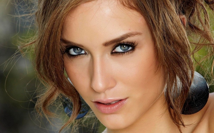 Makeup for Gray Eyes http://www.divinecaroline.com/beauty/makeup/choosing-right-eye-shadow-gray-eyes