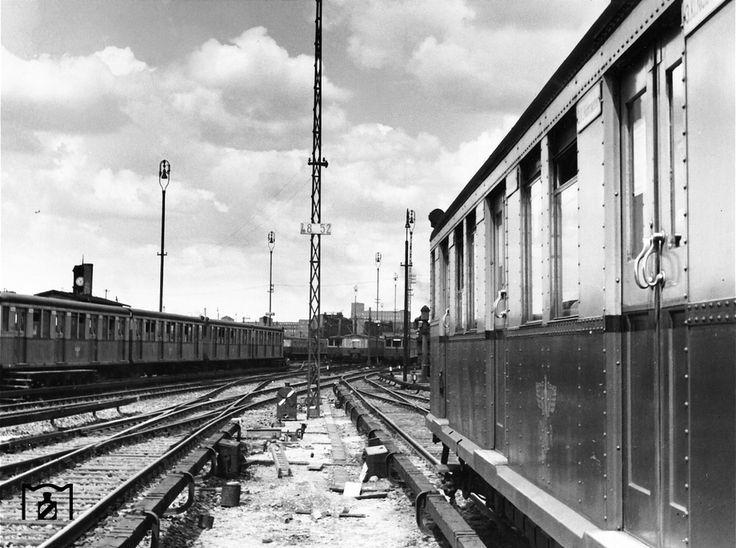Berlin 1942 S-Bahnzuege im spaeteren kriegszerstoerten Bw Westend