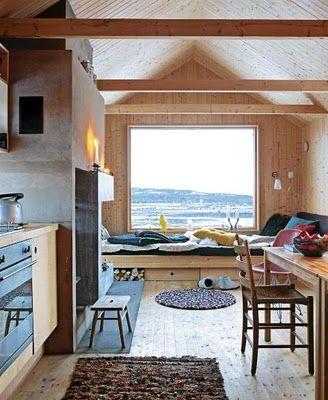 de uitstekende schouw zorgt ervoor dat de keuken en de zithoek twee delen worden. Heel subtiel in een kleine ruimte.
