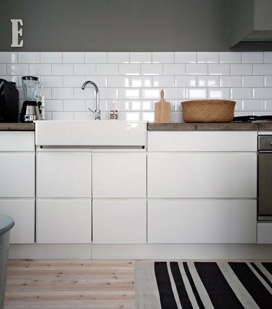 5752753182_1ff32ea7e4b_oohhellohouse.blogspot.jpg (550×624): Backsplash, White Tile, Houses, Kitchens Ideas, Grey Wall, Grey Kitchens, White Subway Tile, Farmhouse Sinks, White Kitchens