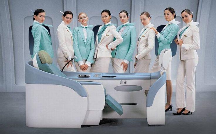 Les hôtesses de la compagnie aérienne Korean Air arborent jupes ou pantalons, mêlant blanc sable et bleu poudré. Ces tenues ont été crées en 2005 par le couturier italien Gianfranco Ferré, galbant parfaitement les formes des gracieuses hôtesses. En voilà des uniformes très classes, assortis par des noeuds aériens dans les cheveux.  ©  Korean Air