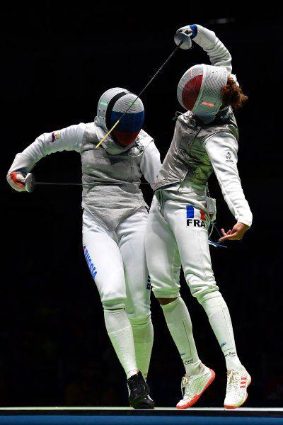 Ein Tänzchen gefällig? Die Fechterinnen Aida Shanaeva (Russland, l.) und Ysaora...