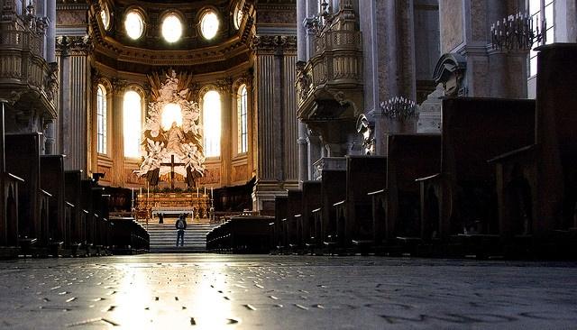 Duomo di Napoli  Si tratta di una delle più importanti e grandi chiese della città, frutto della mescolanza di diversi stili artistici susseguiti nel corso dei secoli che hanno reso il luogo eterogeneo e frastagliato: da un interno in gotico medievale, a decorazioni rinascimentali prima e barocche poi, fino alla realizzazione della facciata in pieno stile neogotico.