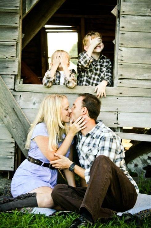 Famille devant cabane de bois