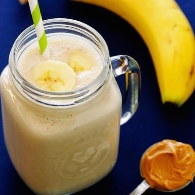 Per questo smoothie vi servono due banane, due tazze di latte, 1 cucchiaio di burro d'arachidi, 1 cucchiaio di sciroppo d'agave, 1 tazza di ghiaccio a cubetti. E ora frullate!