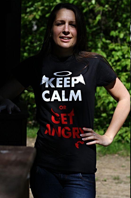 """T-shirt Keep Calm or Get Angry De vrouwelijke versie van de klassiker is een nauwsluitend model met verkorte mouwtjes en heeft een RAXart opdruk met de tekst: """"Keep Calm or Get Angry"""". Een variant op de bekende quote """"Keep Calm and Carry On"""" Blikdicht met aangenaam hoge stofdichtheid en een eersteklas verwerking."""