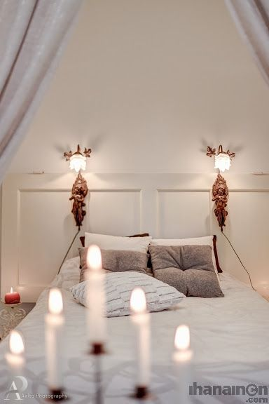 Vanhasta ovesta rakennettu sängynpääty, johon kiinnitetty kauniit enkeli valaisimet. Klassinen tunnelma tuo arkeen luksusta. #sisustus #sisustussuunnittelu #tampere #bedroom #makuuhuone