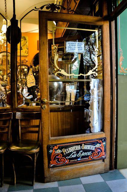 """peluquería """"La Época"""" nos remonta al pasado. Es una peluquería / barbería, donde también funciona un bar muy tranquilo y pintoresco, en pleno barrio de Caballito, sobre la calle Guayaquil al 877.BUENOS AIRES"""