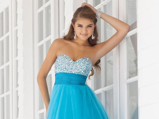What Color Should Your Prom Dress Be? I got Yellow: I'll look light and bubbly in my lemon-coloured dress.
