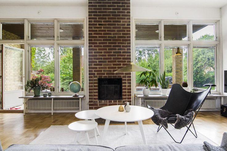 Vardagsrum med murad öppen spis