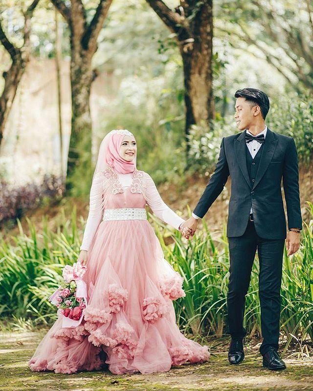 The walk of love ☺ Cute couple captured by @gigihnoval  from Indonesia  Congratulations  . . . #pengantin #akadnikah #resepsi #weddingstory #sweetcouple #reddress #perkawinan #perkahwinan #nikah #nikaah #indonesia #indonesianwedding #asianwedding #prewed #hijabbride #hijabi #brideandgroom #pengantinmuslim #shariah #muslimwedding #muslimweddingideas #indonesian #samarinda #prewedd #prewedding