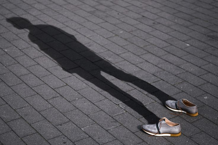 Neosens Greco Schuhe im Schattenbild. Schatten ohne Person. Levitation style. Shadow without person. Sneaker with shadow.