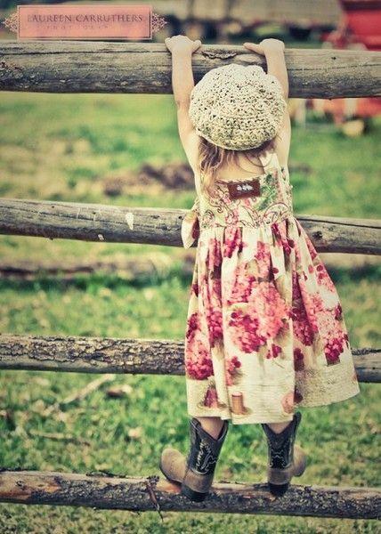 Klein meisje in jurk.