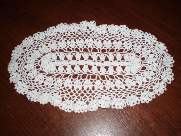 10 zł: Piękna szydełkowa serweta, ręczna misterna robótka z bawełnianych nici w kolorze białym. Długość serwetki wynosi ok. 33 cm.,  szerokość ok. 19 cm.   Serwetkę, wykonałam w czasie ok. 4 godzin, bardzo...