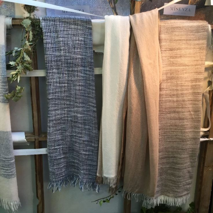 Mercados de moda en Barcelona: Tilos Market. Foulards de cachemir y seda de Misenza una de las marcas de moda presentes en el mercado de los Tilos.