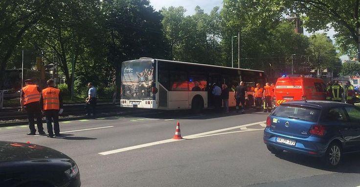 Bus kollidiert in Köln mit Taxi – 10 Kinder verletzt! - Video