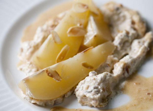 Gekookte peren in witte wijn met room van geroosterde amandelen