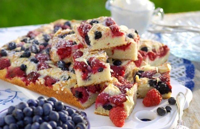 Lättbakade långpannerutor med söta bär! En klassisk och saftig kaka i långpanna som med fördel kan serveras med vaniljvisp eller vispad grädde. Rutorna går dessutom fint att frysa. Perfekt om