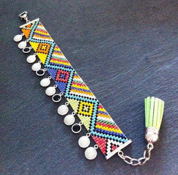 Maasai bead loom Cuff Bracelet with silver charms par TDFTheDreamFactory, €25.00 Seed beads, beadwork, bead loom, Swarovski.