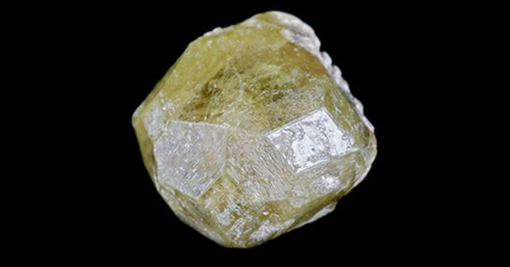 Como identificar um diamante bruto. Diamantes brutos são frequentemente confundidos com materiais parecidos, como a zircônia cúbica, a moissanita e o quartzo. A maneira mais fácil de identificar um diamante bruto verdadeiro é usando um testador de diamantes a baterias. Esses testadores podem ser comprados a partir de R$ 180,00 e são muito precisos em detectar diamantes genuinos. Seu ...