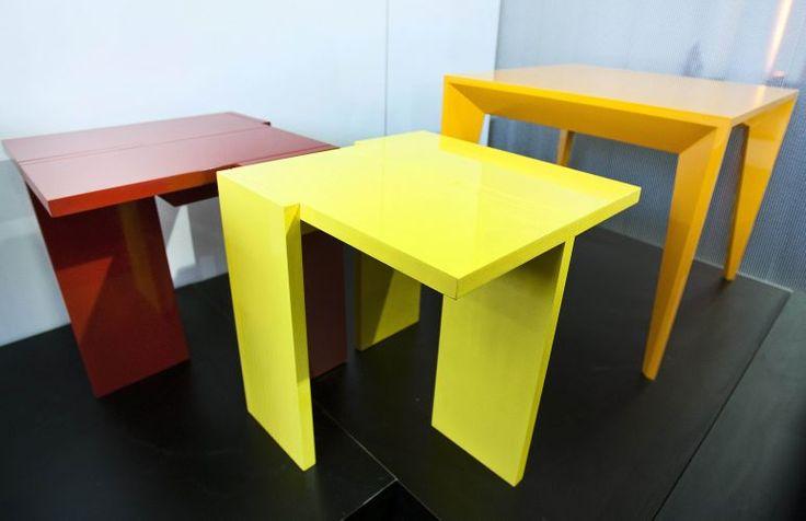 As mesas laterais Aparas, disponíveis nas cores vermelha e amarela, e a mesa Volpi (laranja) - inspirada nas bandeirinhas do pintor Alfredo Volpi - são alguns dos destaques da Girona Design.